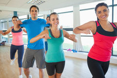 Il ritratto della classe di forma fisica e l'istruttore che fa i pilates si esercitano Fotografia Stock Libera da Diritti