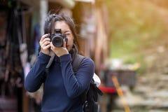 Il ritratto della donna è un fotografo professionista con la macchina fotografica Fotografia Stock