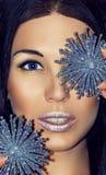 Il ritratto della donna castana con le decorazioni di Natale argenta i fiocchi di neve blu Trucco di modo Fotografia Stock Libera da Diritti