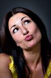Il ritratto della donna che bacia e pensa Fotografia Stock