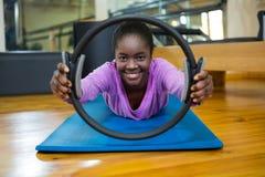 Il ritratto della donna di misura che si esercita con i pilates suona nello studio di forma fisica Fotografia Stock Libera da Diritti