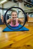 Il ritratto della donna di misura che si esercita con i pilates suona nello studio di forma fisica Fotografie Stock Libere da Diritti