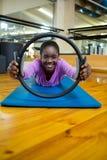 Il ritratto della donna di misura che si esercita con i pilates suona nello studio di forma fisica Immagini Stock