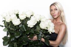 Il ritratto della donna fresca e bella con è aumentato Fotografia Stock
