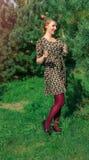 Il ritratto della donna in legno dell'abete con i fiori balza Immagini Stock