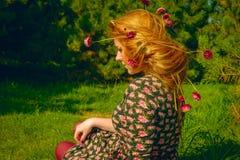 Il ritratto della donna in legno dell'abete con i fiori balza Fotografie Stock Libere da Diritti