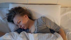 Il ritratto della donna russante Primo piano 4K video d archivio