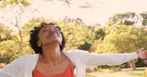 Il ritratto della donna sta godendo del sole archivi video