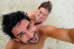 Il ritratto della giovane coppia in spiaggia di Punta Uva, Puerto Viejo, Costa Rica Fotografia Stock