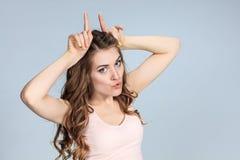 Il ritratto della giovane donna con le emozioni felici Fotografie Stock