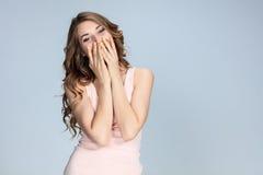 Il ritratto della giovane donna con le emozioni felici Fotografie Stock Libere da Diritti
