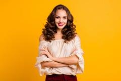 Il ritratto della gioventù favolosa magnifica di signora ritiene elegante felice vestita in blusa moderna con pomata luminosa sop immagini stock libere da diritti
