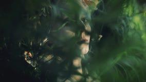 Il ritratto della ragazza mistica nel legno tiene un rituale Si è vestita in vestiti lunghi con la corona sulla testa streghe video d archivio