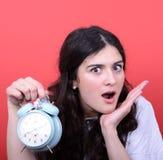 Il ritratto della ragazza nello sguardo di caos ha spaventato all'orologio Fotografia Stock Libera da Diritti