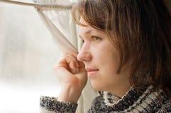 Il ritratto della ragazza in treno osserva dalla finestra immagini stock