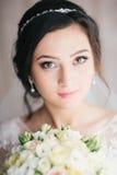 Il ritratto della sposa con un mazzo fiorisce Fotografie Stock Libere da Diritti
