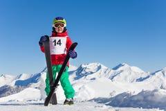 Il ritratto della tenuta felice del ragazzo del bambino scia in sua mano Fotografia Stock