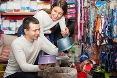 Il ritratto delle coppie che acquistano l'animale domestico lancia nel petshop Fotografie Stock Libere da Diritti