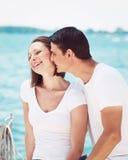 Il ritratto delle coppie eterosessuali sulla spiaggia innaffia la parte anteriore sull'estate d Immagine Stock