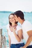 Il ritratto delle coppie eterosessuali sulla spiaggia innaffia la parte anteriore sull'estate d Fotografie Stock Libere da Diritti
