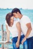 Il ritratto delle coppie eterosessuali sulla spiaggia innaffia la parte anteriore sull'estate d Fotografia Stock