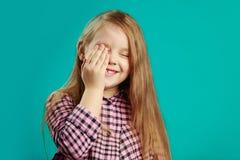 Il ritratto dello studio una ragazza dimentica ha messo la sua mano al suo fronte, ha dimenticato circa qualcosa, ha una cattiva  immagine stock