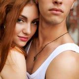 Il ritratto di bella coppia casuale che sta insieme sopra corteggia immagine stock