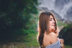 Il ritratto di bella donna asiatica gode di all'aperto naturale alle parti anteriori Immagini Stock Libere da Diritti