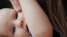 Il ritratto di bella donna che bacia il bambino, madre bacia la sua fine del neonato su stock footage