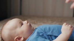 Il ritratto di bella donna che bacia il bambino, madre bacia la sua fine del neonato su archivi video
