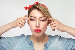 Il ritratto di bella giovane donna di cecità in camicia blu casuale del denim con trucco e la condizione rossa della fascia, allu fotografie stock