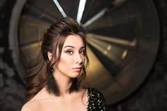 Il ritratto di bella giovane donna di Latina con perfetto compone e capelli scuri lunghi che guardano alla macchina fotografica C Immagini Stock