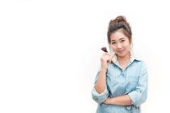 Il ritratto di bella maniglia asiatica della donna arrossisce spazzola Immagini Stock Libere da Diritti