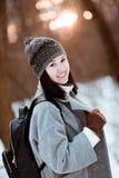 Il ritratto di bella ragazza felice con capelli marroni nella foresta dell'inverno si è vestito in uno stile dei pantaloni a vita fotografie stock libere da diritti
