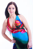 Giovane donna attraente in vestito variopinto da estate Fotografie Stock