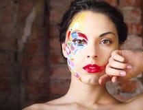 Il ritratto di bello giovane modello con luminoso compone Fotografie Stock Libere da Diritti