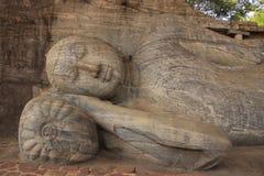 Il ritratto di Buddha adagiantesi ha intagliato dalla roccia, politico Immagine Stock