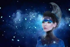 Il ritratto di fantasia della donna della luna con le stelle prepara e moon la pettinatura di stile fotografie stock libere da diritti