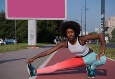 Il ritratto di giovane allungamento afroamericano sportivo della donna si batte Fotografie Stock Libere da Diritti
