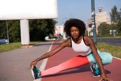 Il ritratto di giovane allungamento afroamericano sportivo della donna si batte Immagine Stock