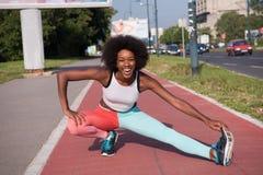 Il ritratto di giovane allungamento afroamericano sportivo della donna si batte Fotografia Stock Libera da Diritti