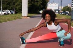 Il ritratto di giovane allungamento afroamericano sportivo della donna si batte Immagine Stock Libera da Diritti