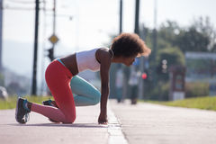 Il ritratto di giovane allungamento afroamericano sportivo della donna si batte Fotografie Stock