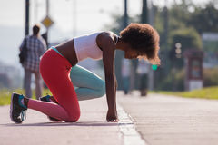 Il ritratto di giovane allungamento afroamericano sportivo della donna si batte Immagini Stock