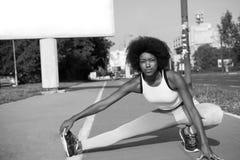 Il ritratto di giovane allungamento afroamericano sportivo della donna si batte Fotografia Stock