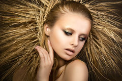 Il ritratto di giovane bella ragazza bionda con le orecchie dorate si avvolge Fotografie Stock