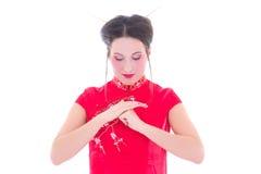 Il ritratto di giovane castana attraente nel giapponese rosso veste l'isolante Fotografia Stock