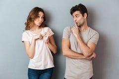 Il ritratto di giovane coppia attraente che mostra la pace gesture immagini stock