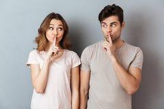 Il ritratto di giovane coppia che mostra la pace gesture immagini stock
