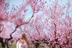 Il ritratto di giovane donna adorabile in primavera fiorisce immagine stock